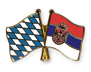 Freundschaftspins Bayern-Serbien mit Wappen